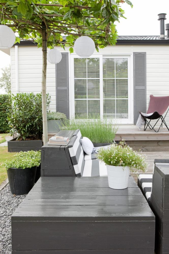 Moderne tuin lounge bedden tuin jacuzzi houten vlonder boerderij rietenkap terras tegels - Deco moderne tuin ...