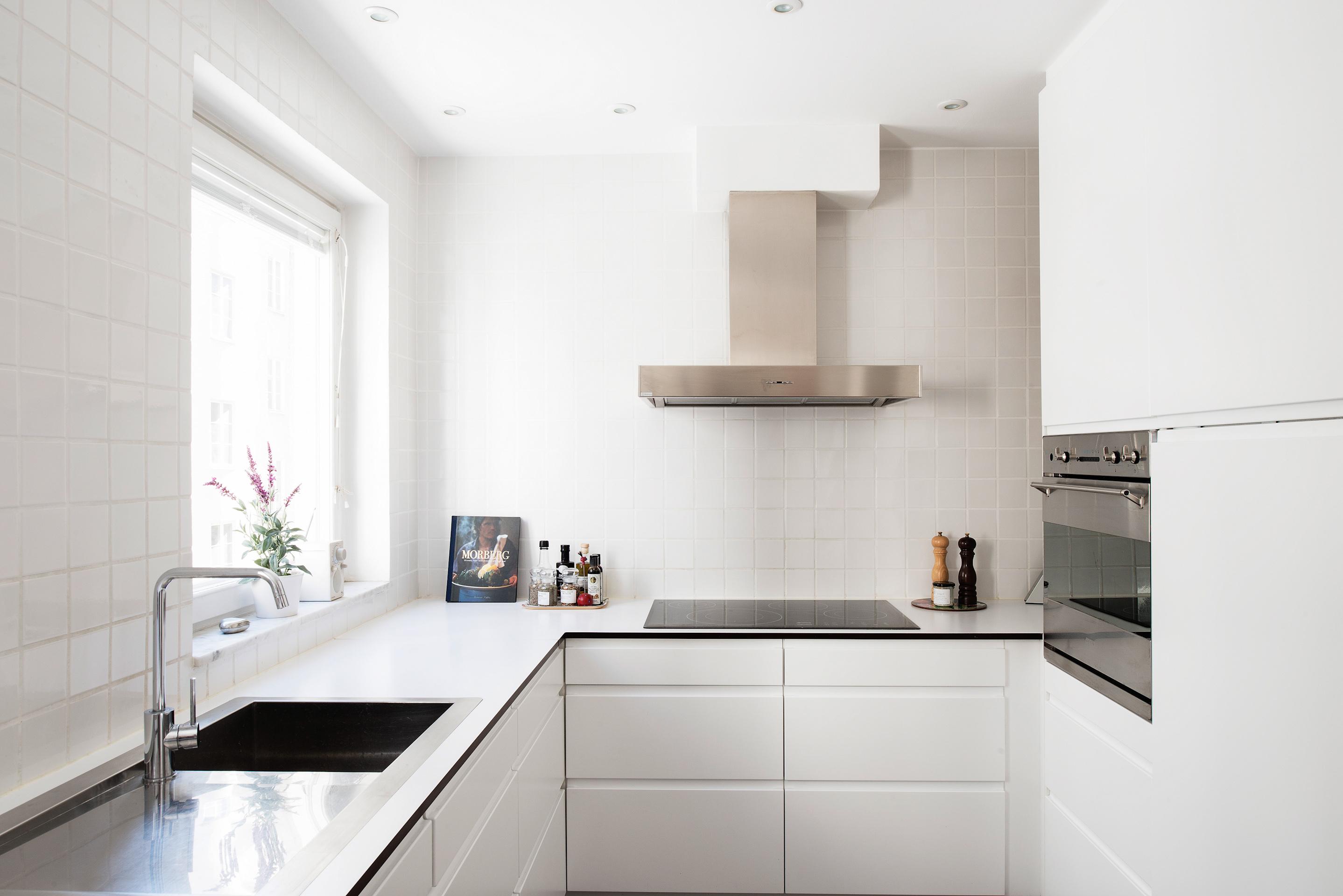 Cocina bien iluminada sin adornos blog tienda decoraci n Decoracion cocinas blancas pequenas