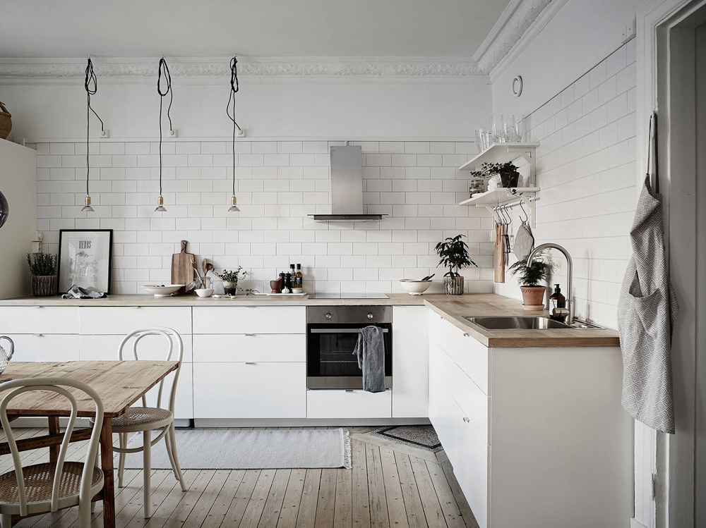 Cocina n rdica con baldosa metro y encimera de madera for Cocina nordica canal cocina