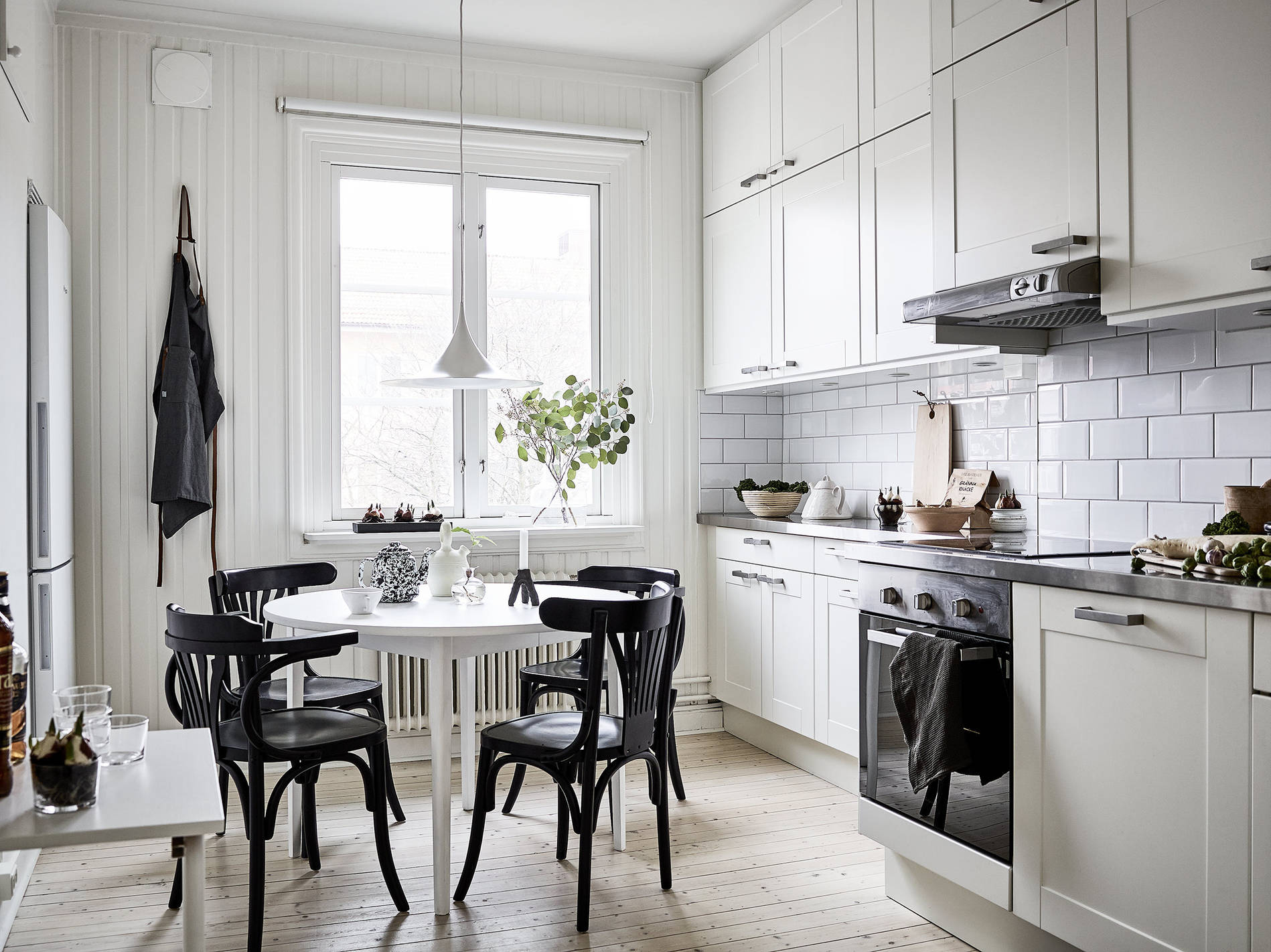 Mesa blanca sillas negras blog tienda decoraci n estilo for Sillas de cocina blancas de madera