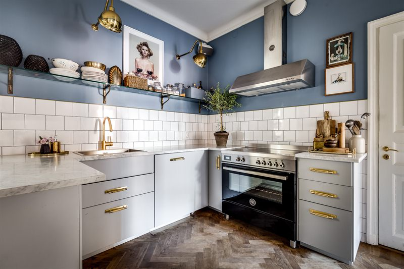 Cocina az l con detalles dorados blog tienda decoraci n for Cocinas argentinas decoracion