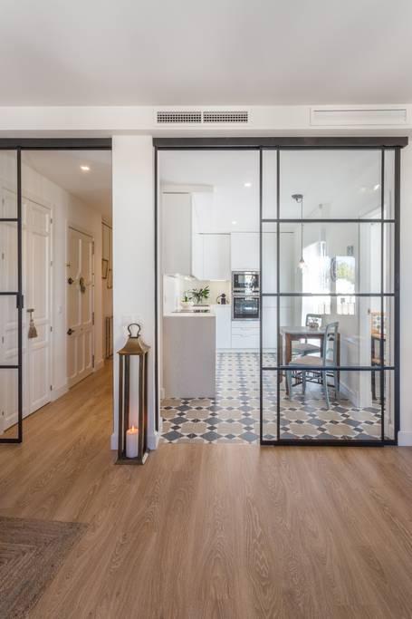 triana sevilla vacaciones suelo baldosas hidraúlicas sevilla airbnb puertas de cristal pisos sevilla decoración nórdica decoración mediterránea decoración escandinava carpintería