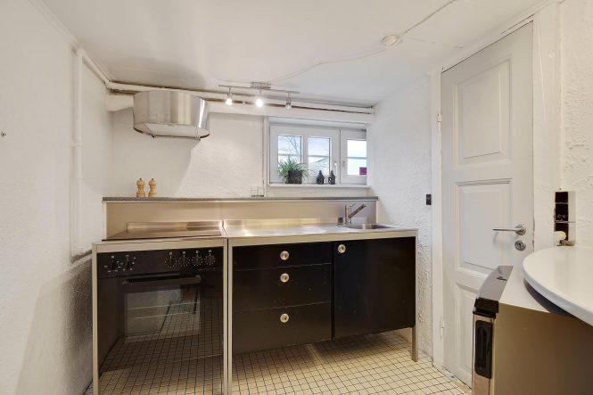 estilo escandinavo eames chair distribución abierta diseño interiores decoración sótano decoración nórdica comoda danesa casa danesa dos pisos casa con sótano