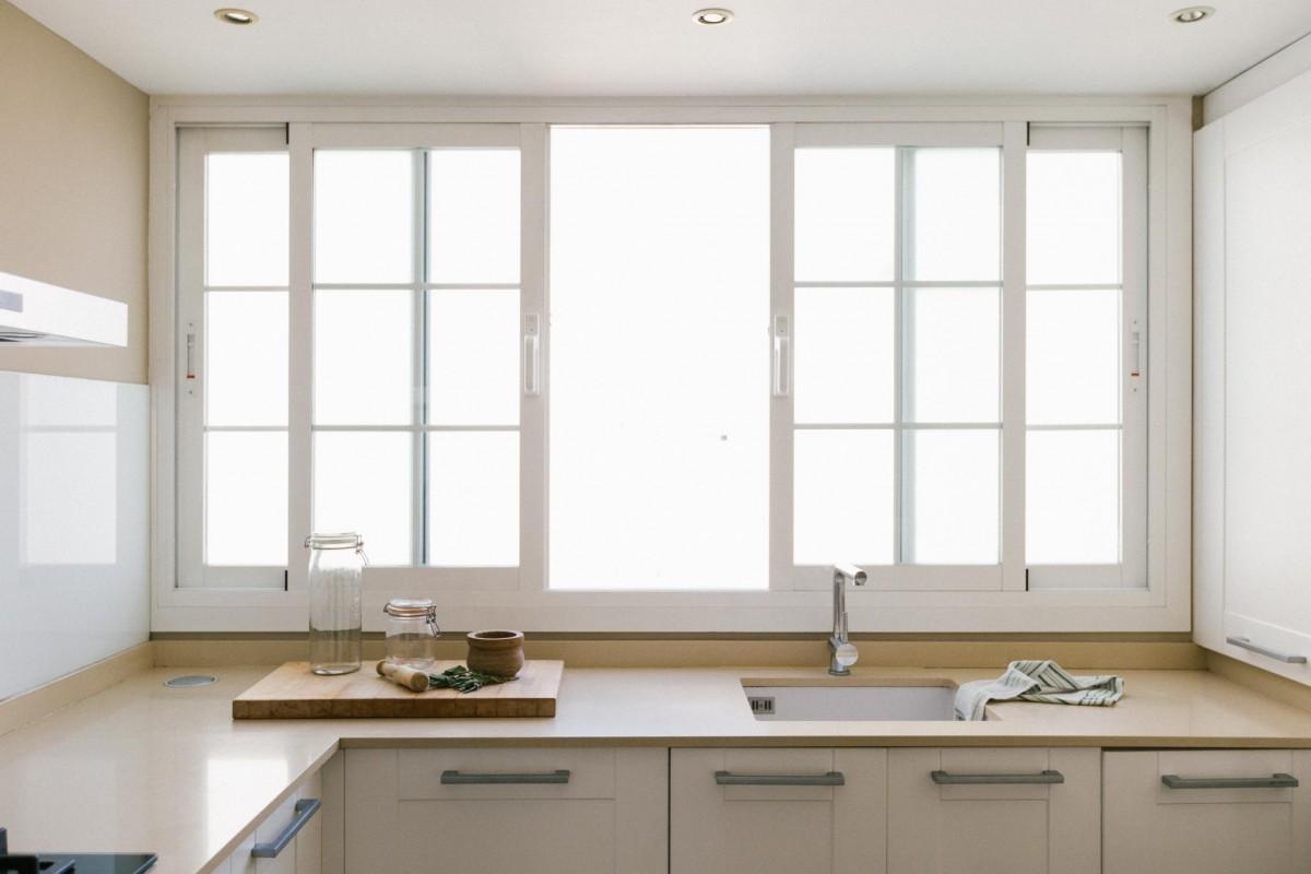 estilo nórdico colores claros decoración mediterránea decoración ligera decoración áticos cocina luminosa cocina con barra de desayunos atico palma atico luminoso