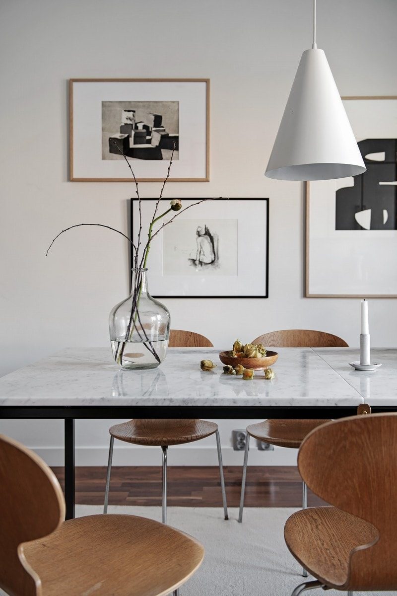 Comedor con mesa de mármol y sillas de diseño