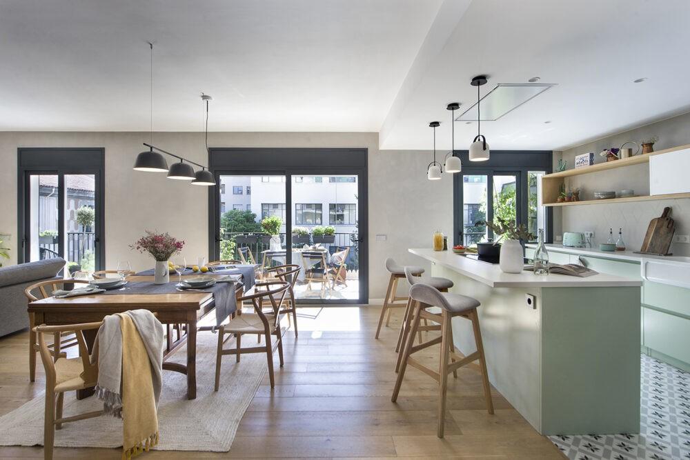 Muebles a medida, calidez, luminosidad y pinceladas de color en un piso en Girona