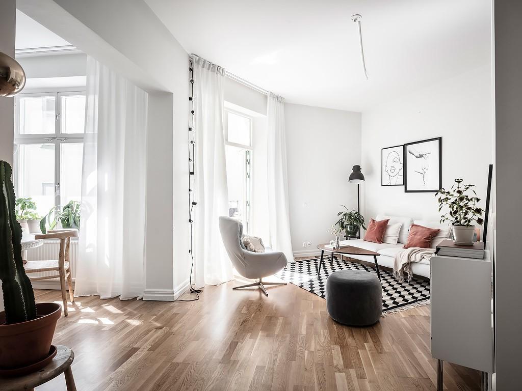 Pequeño piso nórdico de planta abierta e irregular