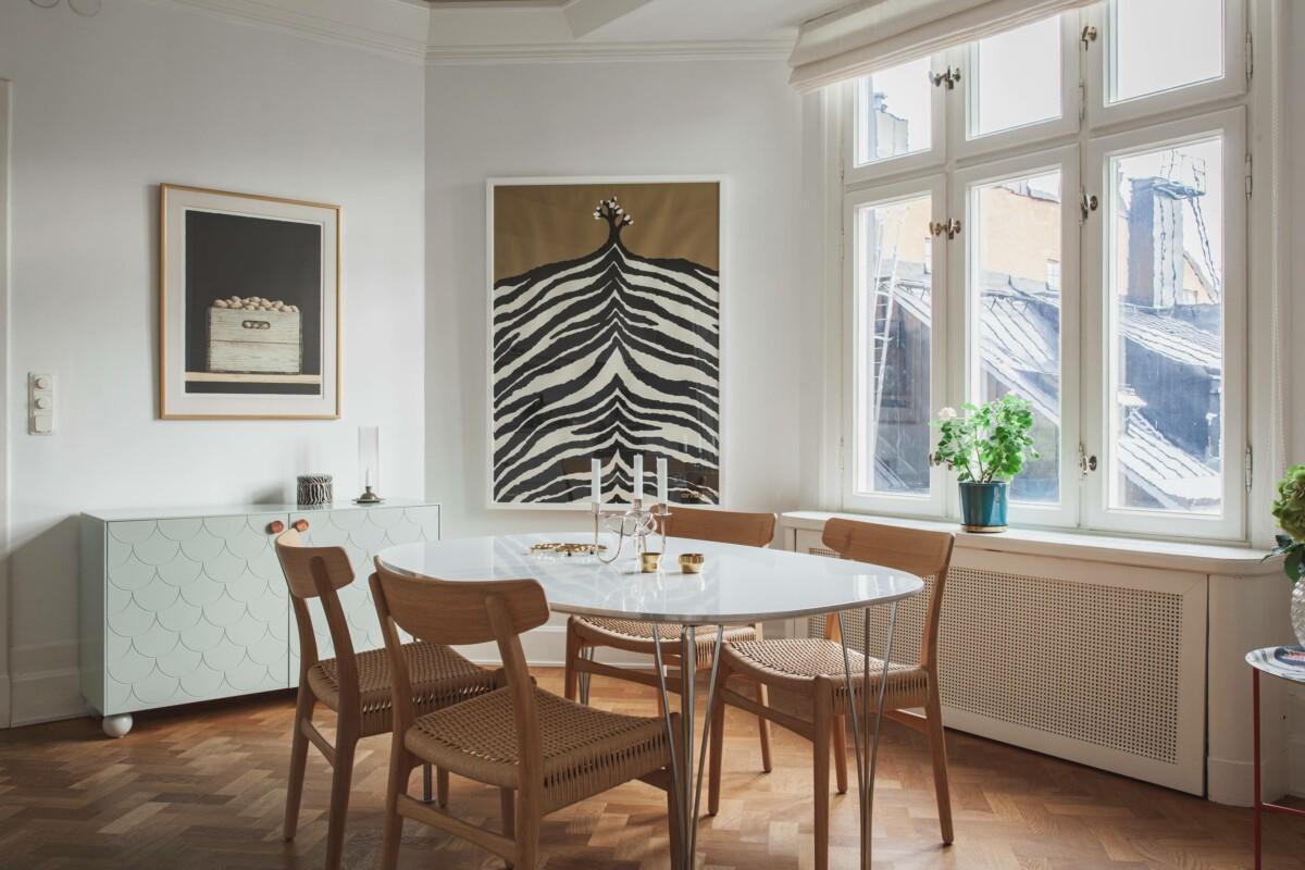 Comedor moderno con sillas diseñadas en los 50