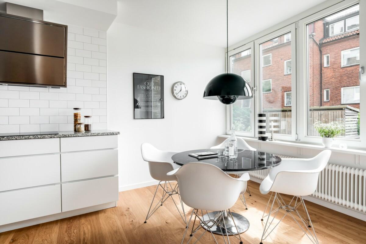 Cocina nórdica con office junto a la ventana