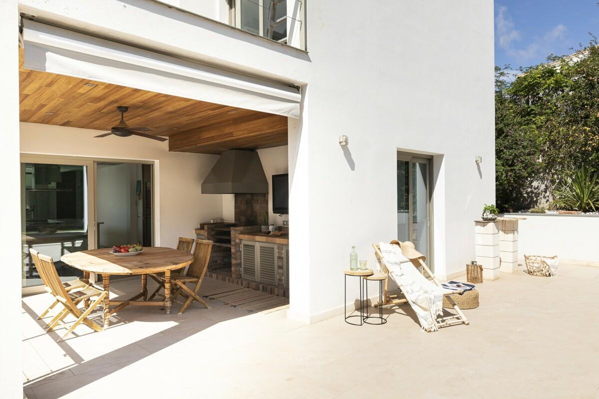 Moderna villa con piscina, patio y vistas a la Bahía de Palma