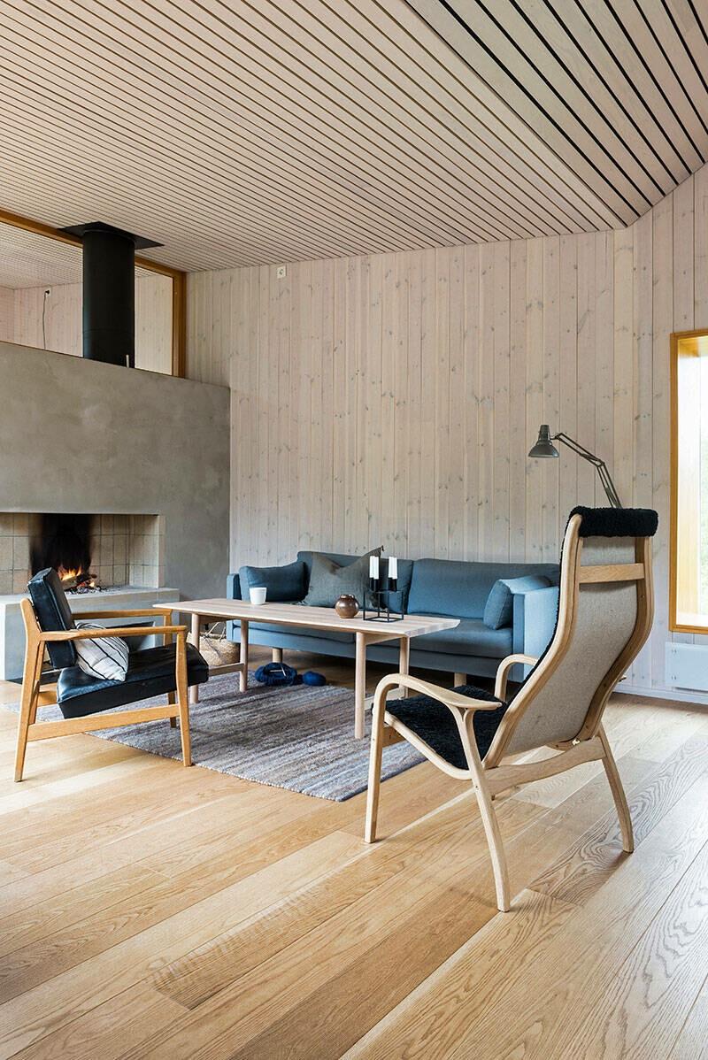 Casa nórdica con suelo de roble y paredes y techo de pino
