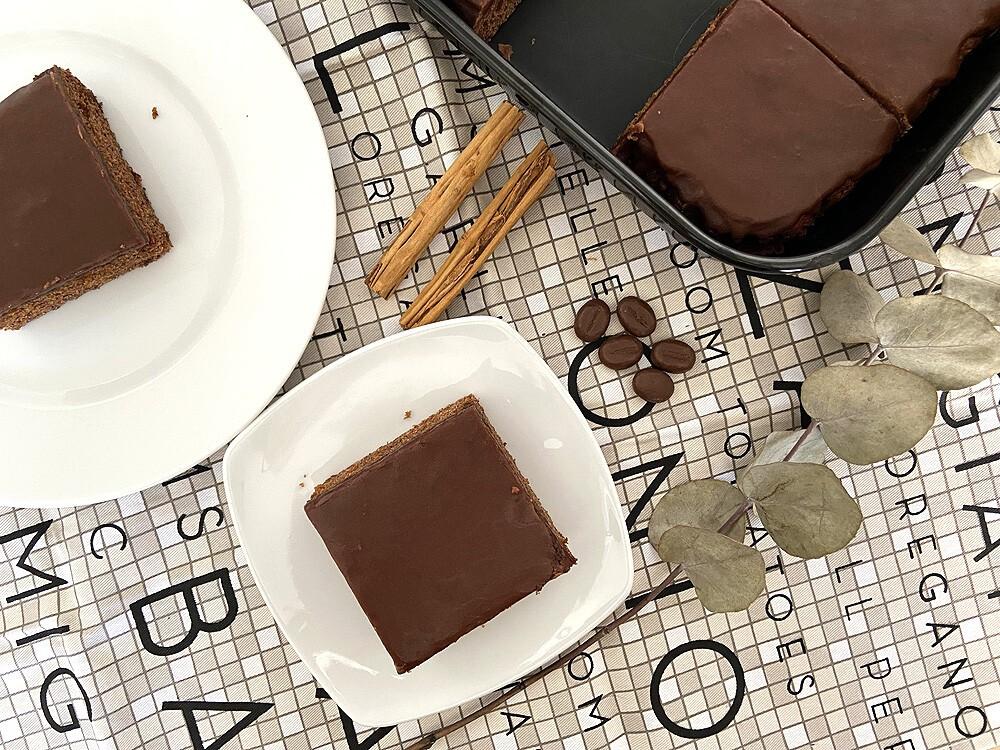 Bizcocho aromático de canela con glaseado de café y cacao
