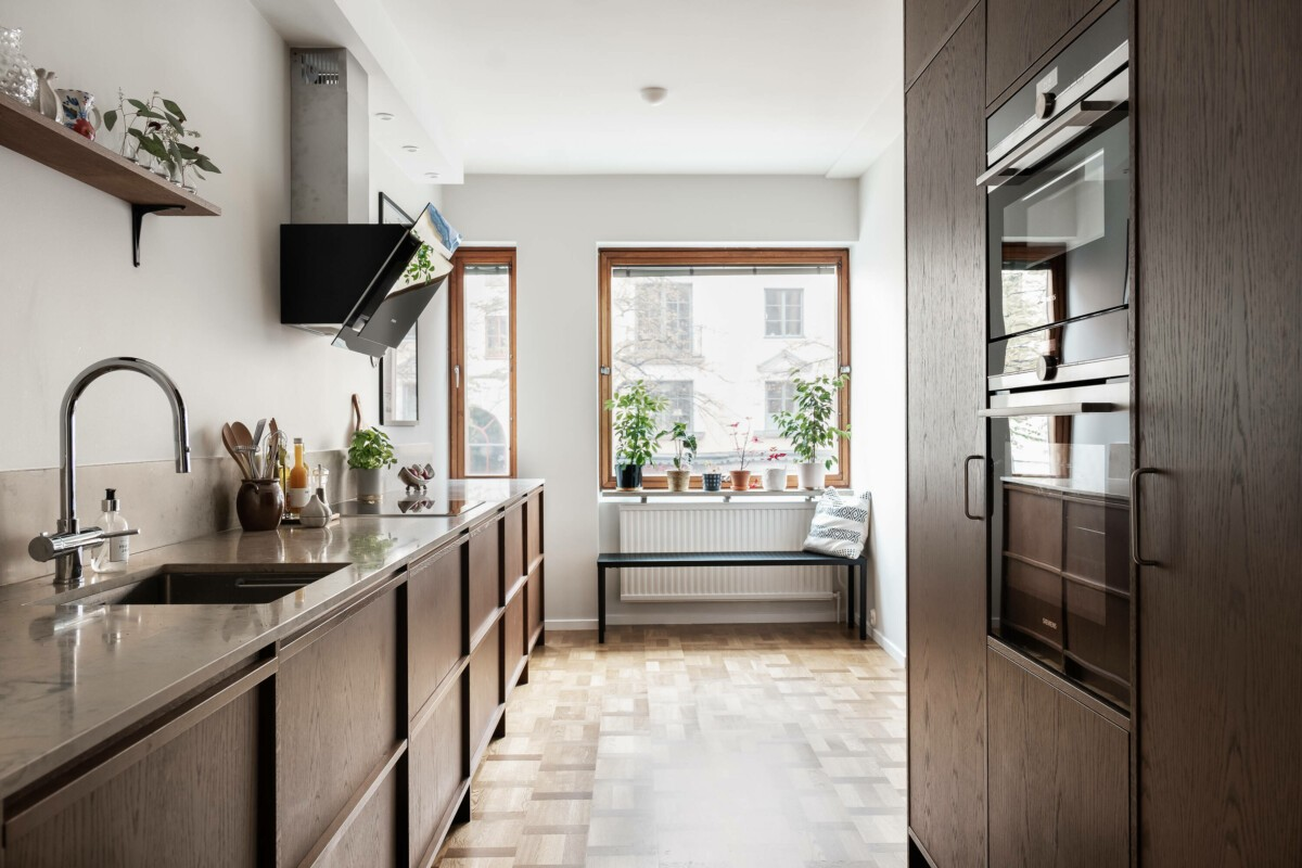 Cocina de madera maciza de roble con electrodomésticos integrados