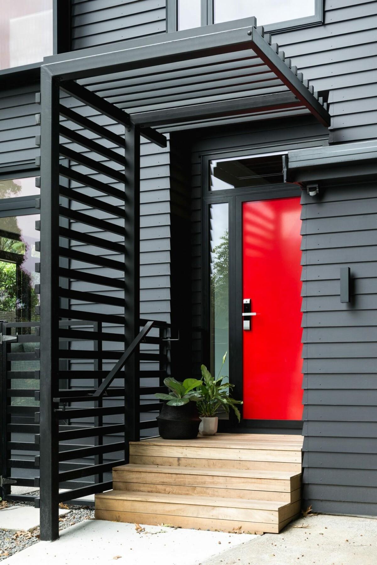 Exterior negro y puerta de entrada roja