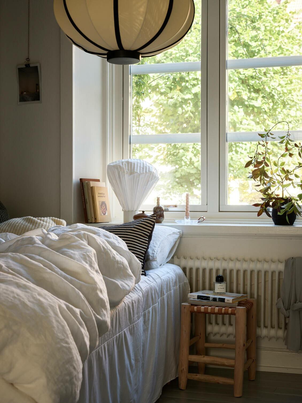 Pared negra en dormitorio luminoso y delicado